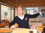Hier soll sich der Kunde wie zuhause fühlen: Junior-Chefin Jenny Frey im «Living Room» der Thal-Garage.